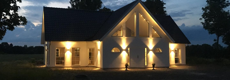 Ett hus i skymning med fasadbelysning, allt om stenhus